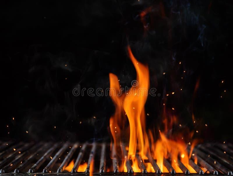 Opróżnia płomiennego węgla drzewnego grilla z otwierał ogień fotografia stock