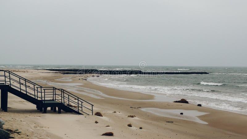 Opróżnia plażę podczas jesieni fotografia stock