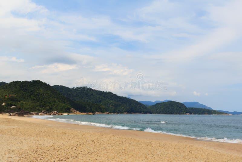Opróżnia plażowego Praia de Dla A i gór, Trindade, Paraty, Brazi obraz royalty free