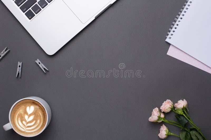 Opróżnia popielatego tło z kawą, klawiaturą i kwiatami w rocznika stylu, obraz royalty free