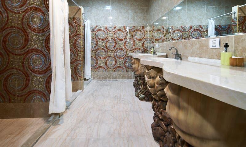 Opróżnia prysznic teren sprawność fizyczna klub i suszy fotografia royalty free