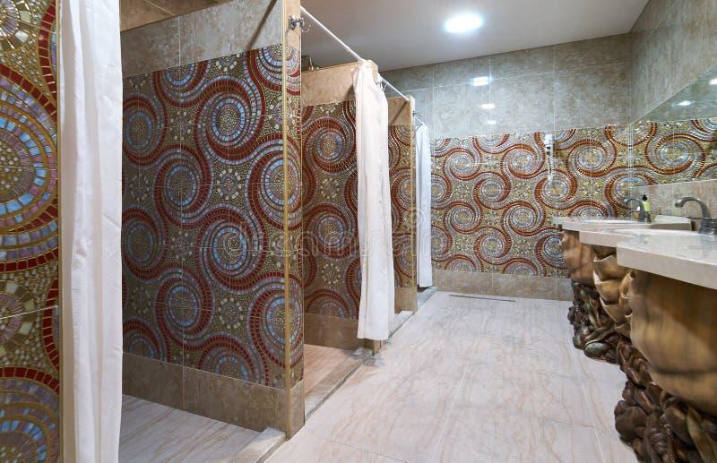 Opróżnia prysznic teren sprawność fizyczna klub i suszy obraz royalty free