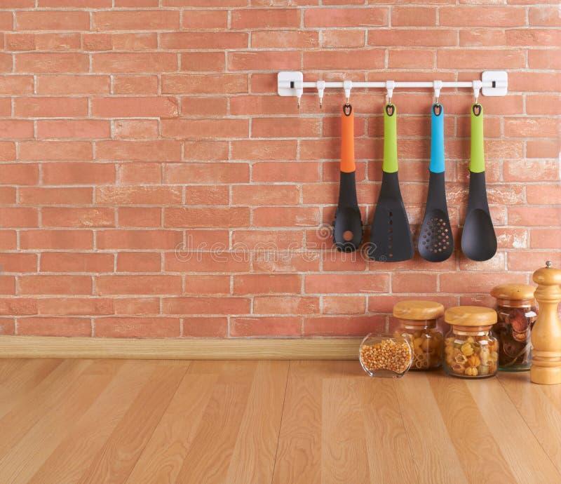 Opróżnia przestrzeń na kuchennym kontuarze z naczyniami na haczykach zdjęcie stock