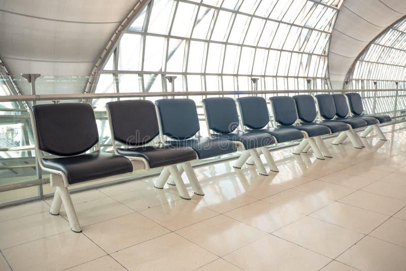Opróżnia rząd siedzenie dla czekać przy bramą w lotnisku zdjęcia royalty free