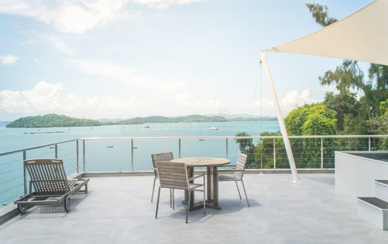 Opróżnia stół i krzesła z plażowym widokiem obraz royalty free