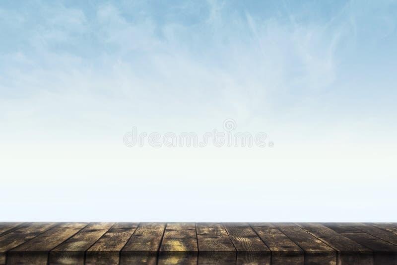 Opróżnia stół przeciw niebieskiemu niebu zdjęcia royalty free