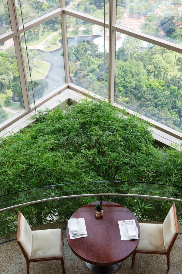 Opróżnia stół w drapaczu chmur z panoramicznymi okno zdjęcia stock