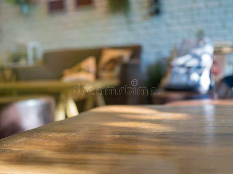 Opróżnia stół z rozmytym cukiernianym tłem obrazy stock