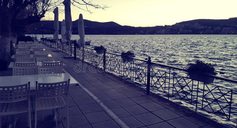 Opróżnia stoły i krzesła wzdłuż jeziora z rzędu obraz stock