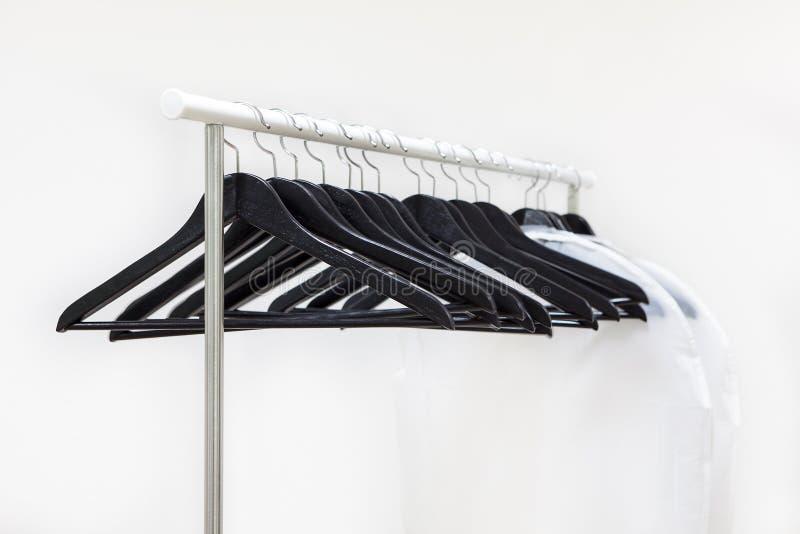 Opróżnia stojaka z wieszać czarnych wieszaki i torby dla odziewają zdjęcie royalty free