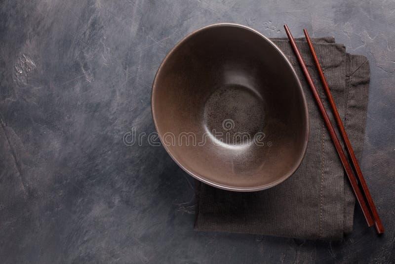 Opróżnia szklanego puchar Chińscy kluski i drewniani kije na zmroku betonu tle Odgórny widok z kopii przestrzenią Mieszkanie niea obrazy stock