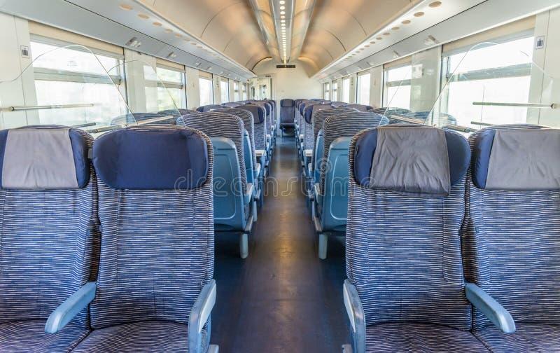 Opróżnia sztachetowego pasażera siedzenia karecianych rzędy z dimishing perspektywą obraz royalty free