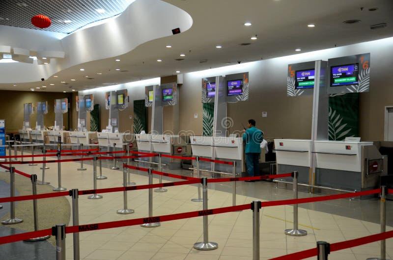Opróżnia Tajlandzkiego powietrze i inna linia lotnicza sprawdza wewnątrz kontuary przy Penang lotniskiem międzynarodowym Malezja zdjęcia stock