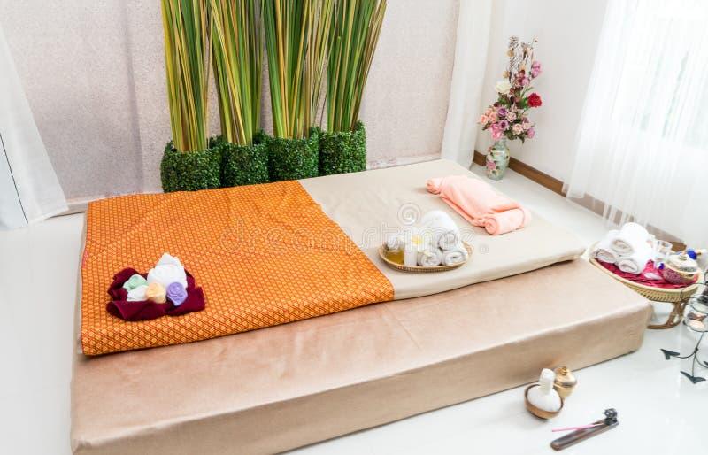 Opróżnia Tajlandzkiego zdroju masażu łóżko i wyposażenie zdjęcia stock