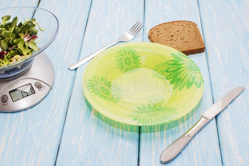 Opróżnia talerza bez jedzenia Wyśmienicie sałatka zieleni ziele na kuchni skala Pojęcie właściwy odżywianie dieta obraz royalty free