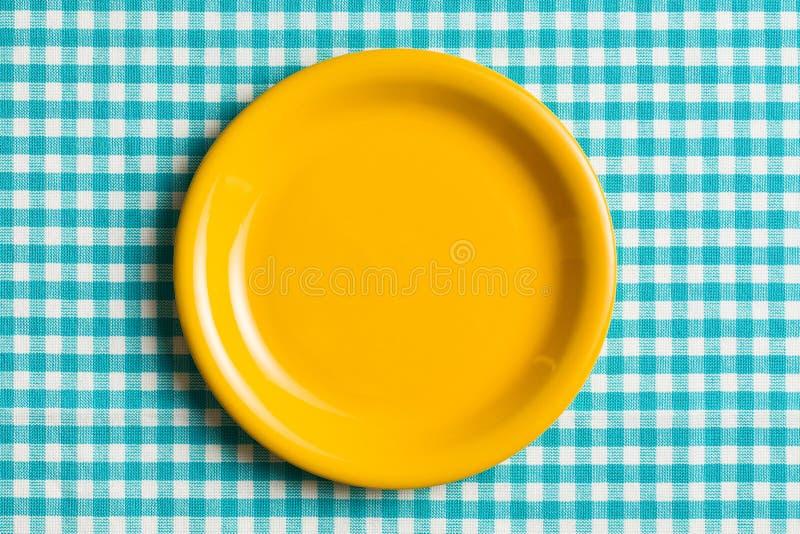 Opróżnia talerza na w kratkę tablecloth fotografia royalty free