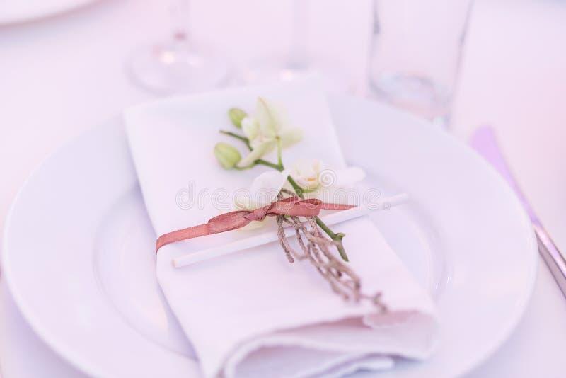 Opróżnia talerza z pieluchą r elegancki wystrój i gajenie Restauracja stół z zdjęcia royalty free