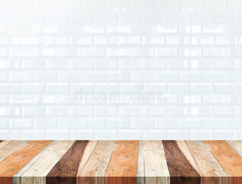 Opróżnia tropikalnego drewno stół i zamazuje białego ceramicznej płytki ściana z cegieł zdjęcie stock