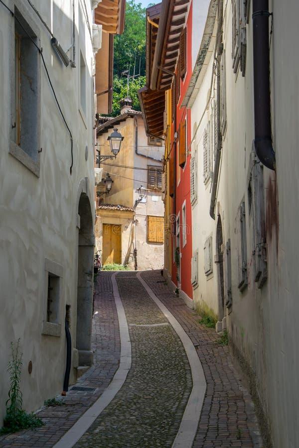 Opróżnia wąską średniowieczną ulicę w Gorizia, Włochy zdjęcia royalty free