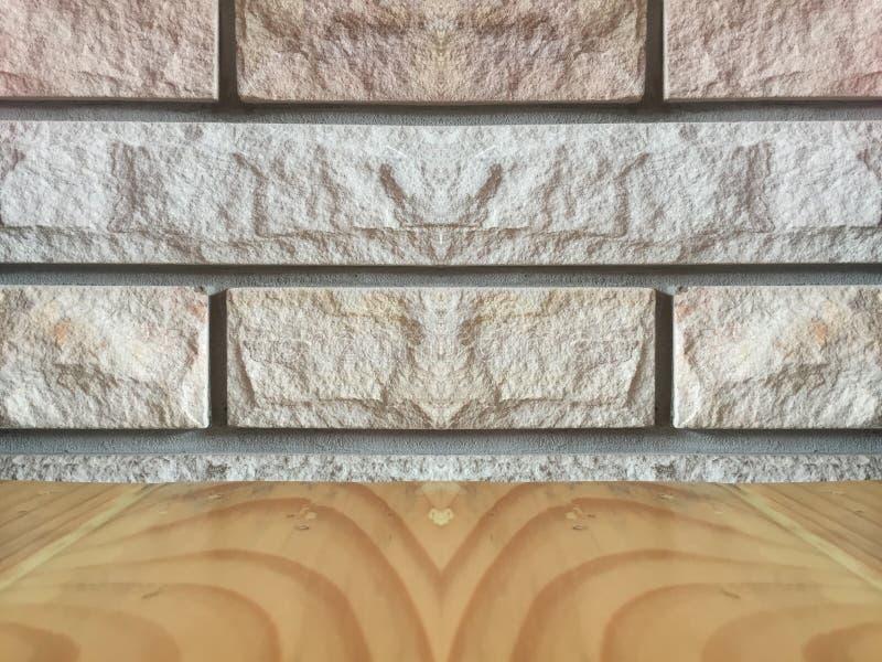 Opróżnia wierzchołek brown drewniany stół nad ściana z cegieł tłem zdjęcia royalty free