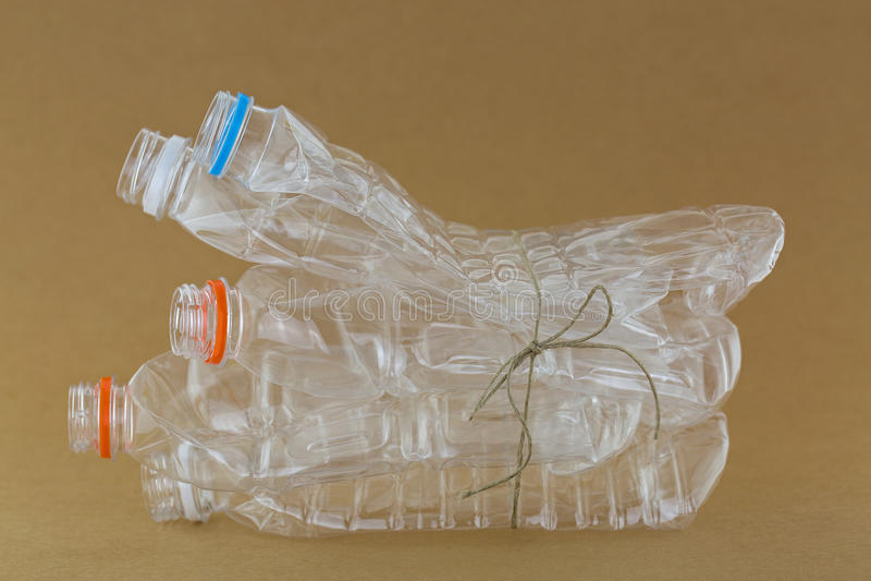 Opróżniający recyclable jaśni plastikowi kopalni sodowani bidony wiążący obraz royalty free