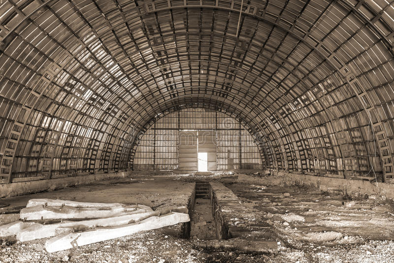 Opróżniam porzucał hangar obrazy stock