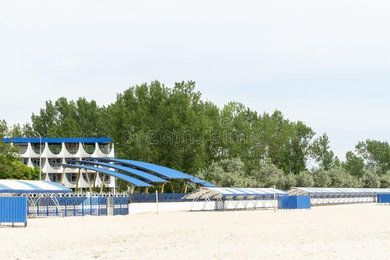 Opróżniam porzucał z sezon plaży bez turystów i szargającego parasol obraz royalty free