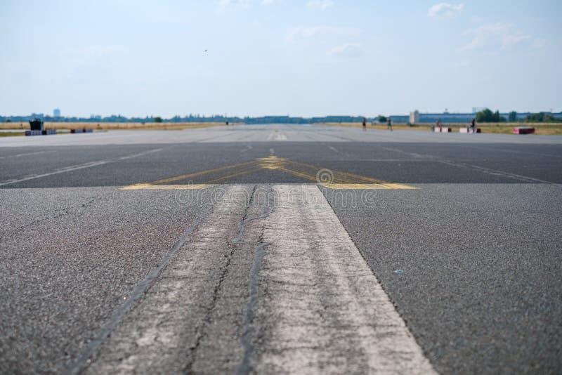 Opr??nia asfaltow? drog?, pas startowego na poprzednim lotnisku w Berlin/ zdjęcie royalty free
