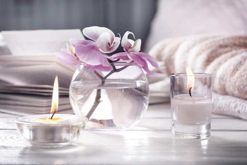 opracowane do domu żywy wewnętrznego styl retro pokoju Wciąż życie z detailes Kwiat jest wazowy, świeczki, otwiera książkę na bia obrazy royalty free