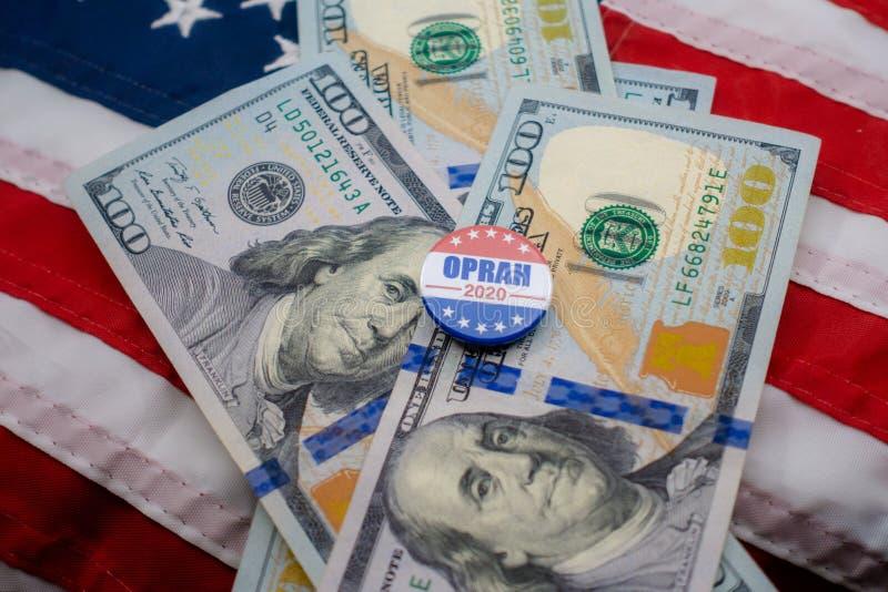 Oprah 2020 presidents- emblem och USA-valuta fotografering för bildbyråer