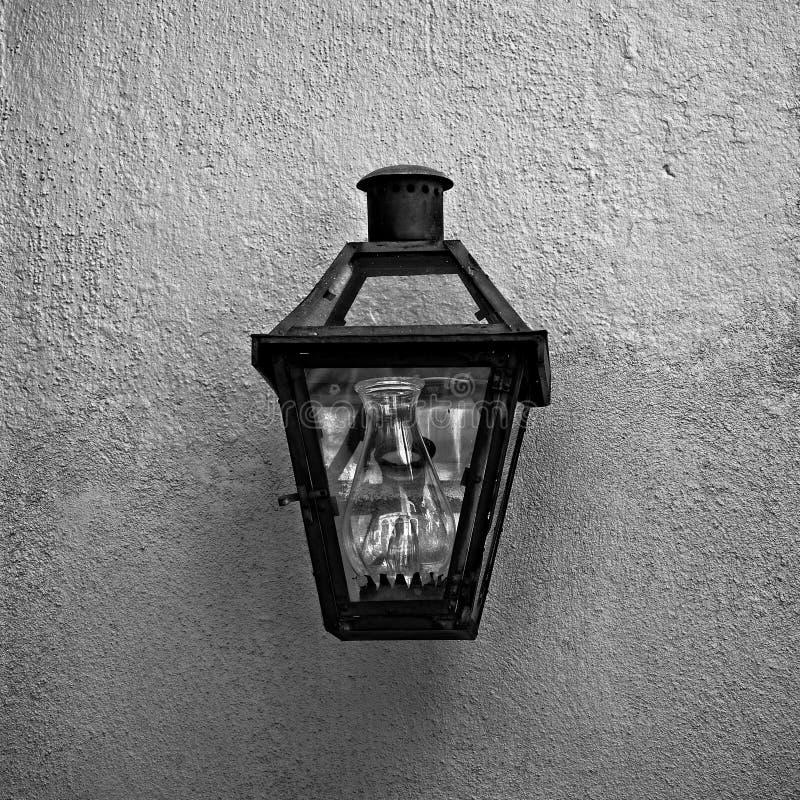 Oprawa Oświetleniowa w dzielnicie francuskiej 4 B&W obraz royalty free