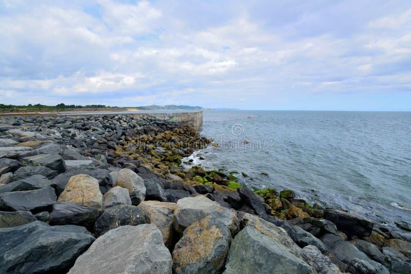 Oprawiający skała kamienia wybrzeże obraz stock