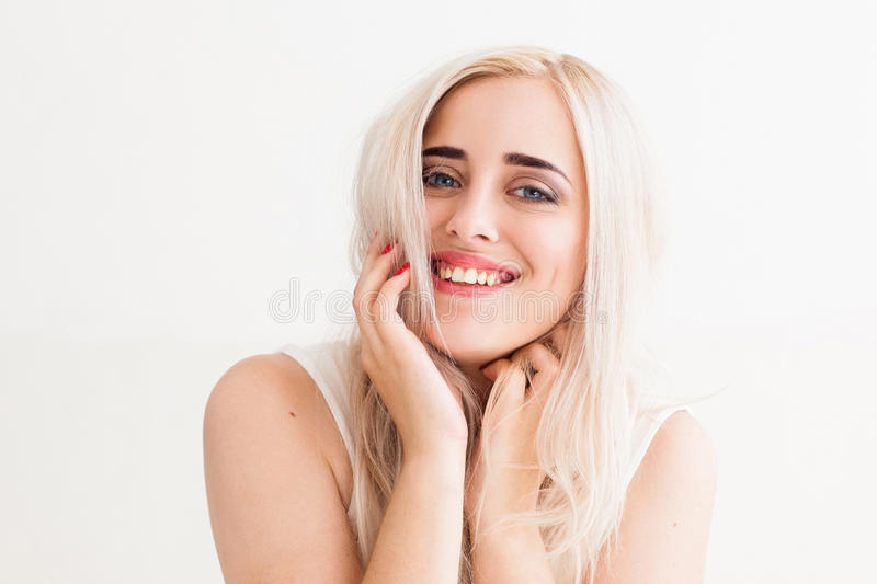 Oprechte lach van het mooie blonde royalty-vrije stock afbeelding