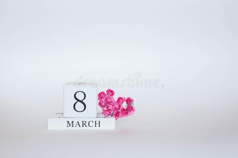 Opschrift 8 mars met roze bloemen stock afbeeldingen