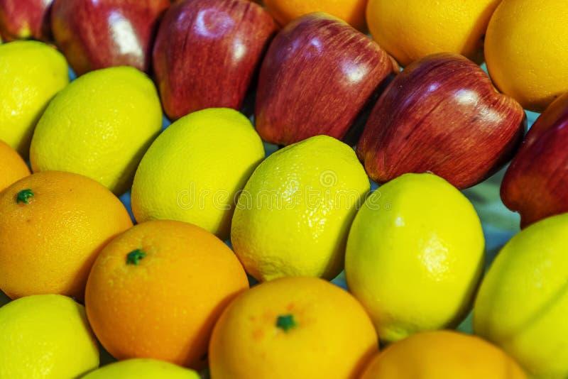 Opslag die allerlei fruit verkopen stock fotografie