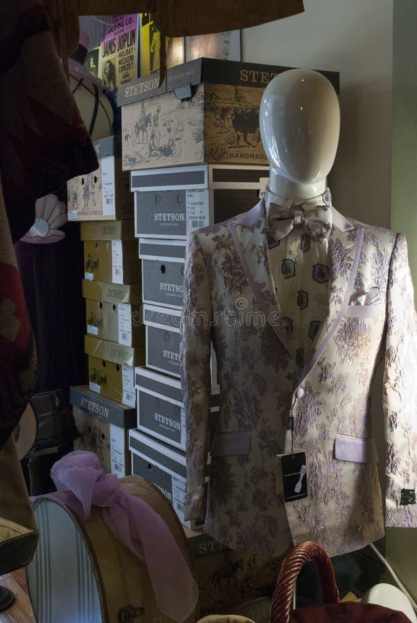 Opslag van de boutique de uitstekende uitrusting Ouderwetse ledenpop in uitstekend jasje in een voorclose-up royalty-vrije stock fotografie