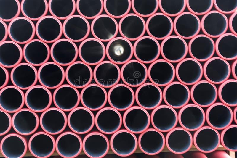 Opslag van gestapelde plastic pijpen stock fotografie