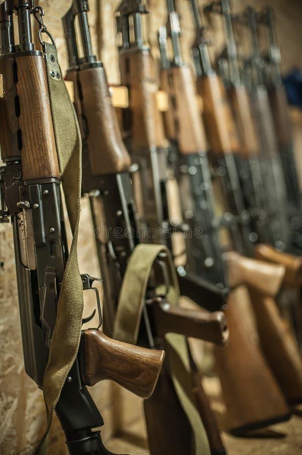 Opslag van kalashnikovak47 riffle machinegeweer Het arsenaal van het wapenvuurwapen stock afbeeldingen