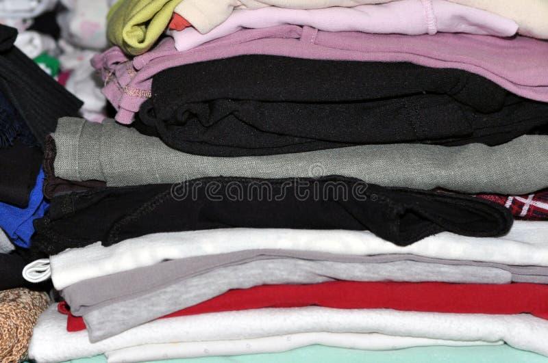 Opslag van kleren en linnen in de huiskast stock foto