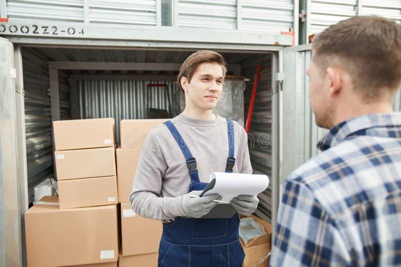Opslagarbeider die aan containereigenaar spreken royalty-vrije stock foto