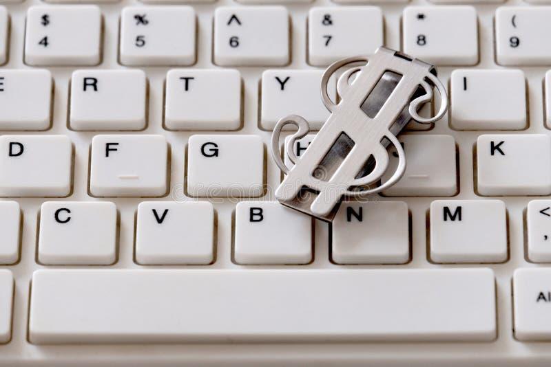 Opslaggeld in bitcoin Investeringen in cryptocurrency Zilveren dollar op het toetsenbordclose-up Online betaling of het winkelen  stock afbeeldingen