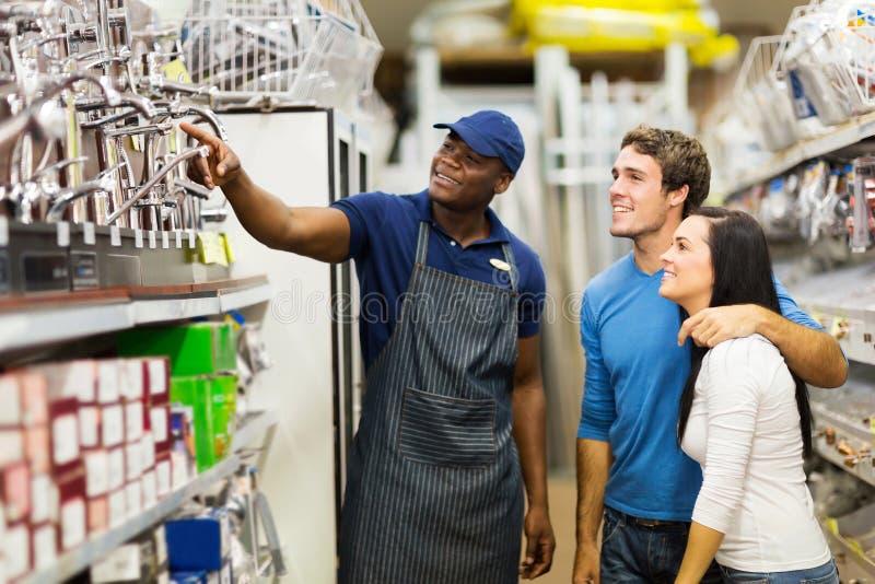 Opslagmedewerker die klanten helpen stock afbeeldingen
