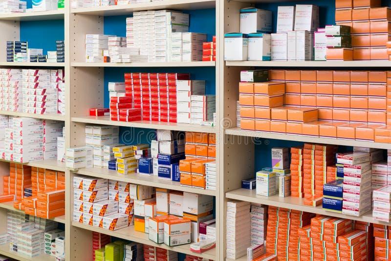 Opslagsysteem van moderne drogisterij met goederen in planken stock foto's