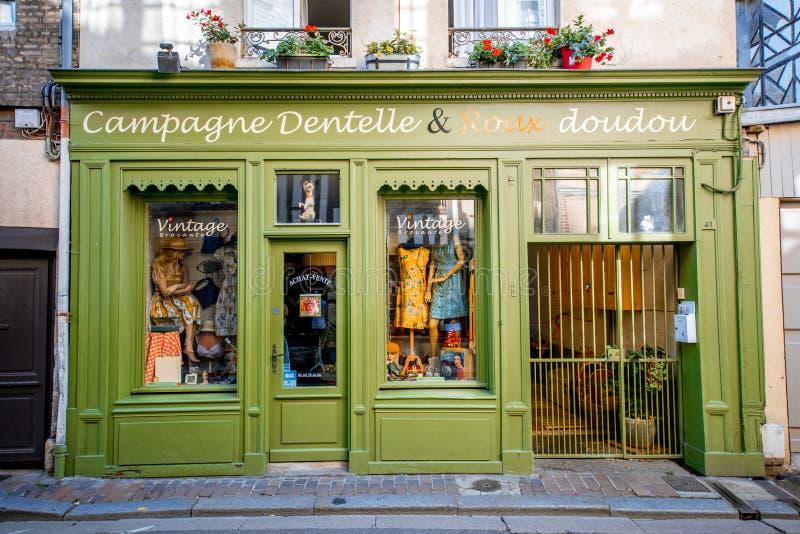 Opslagvoorzijde in Honfleur-stad, Frankrijk stock afbeeldingen