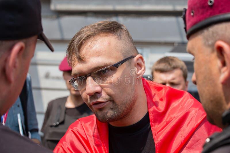 Opsluiting van een lid van de vrijwilligers nationale politie van bataljonssich tijdens godsdienstige Oekraïense Orthodox van opt royalty-vrije stock fotografie