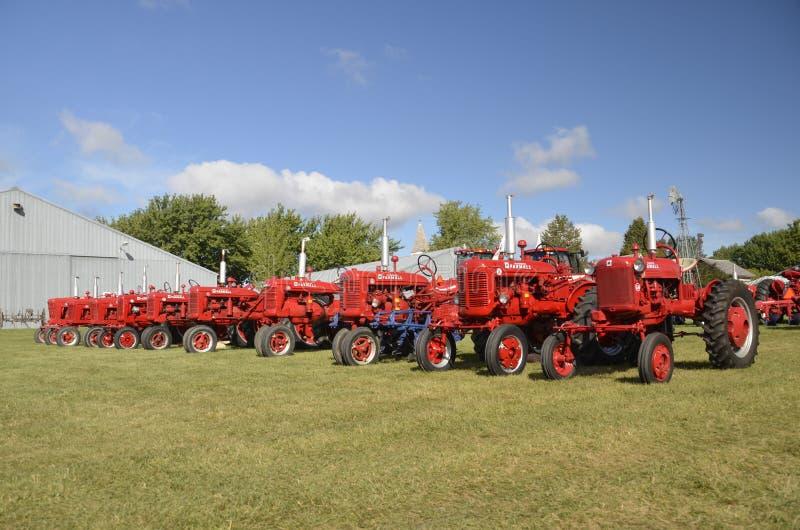 Opstelling van Farmall-tractoren in Dalton royalty-vrije stock afbeeldingen