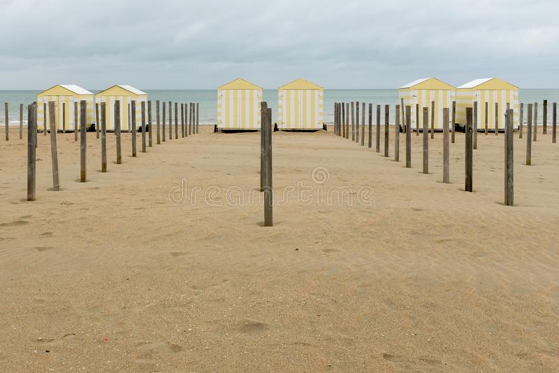 Opstelling van pastelkleur gekleurde strandhutten in België royalty-vrije stock foto's
