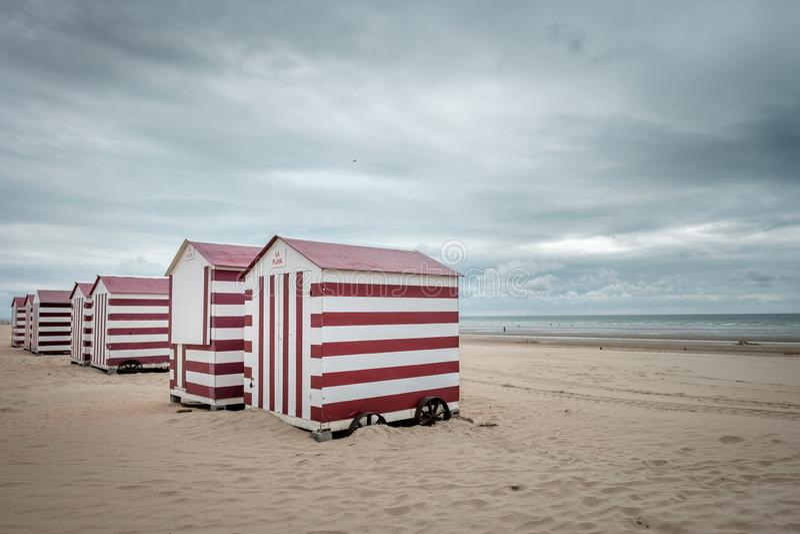 Opstelling van rode en witte geschilderde strandhutten stock foto's