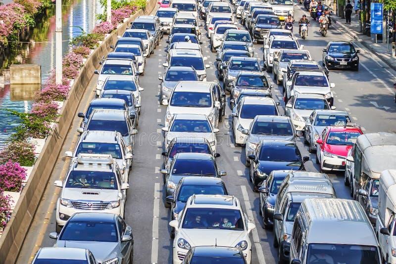 Opstopping in Chong Nonsi Het verkeer van Bangkok is gewoonlijk bezig tijdens het spitsuur stock foto's