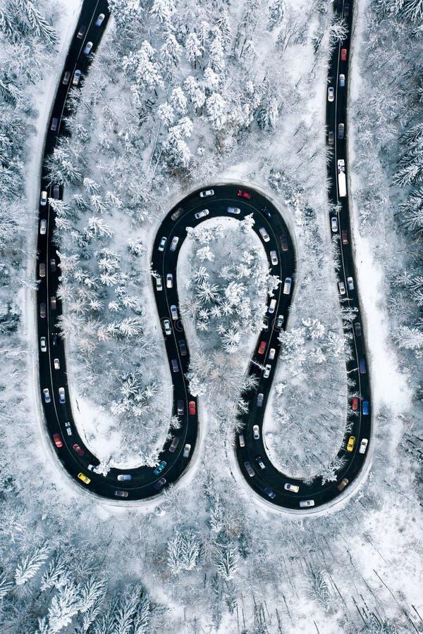Opstopping op een windende wegtrog de bergen Het satellietbeeld van het vakantieverkeer van een spitsuur na een zware sneeuwval royalty-vrije stock foto's